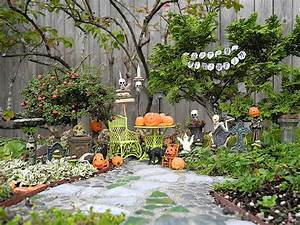 Decorating Fun in the Miniature Halloween Garden The