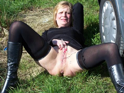 4 In Gallery Outdoors Mature Pissing Picture 4