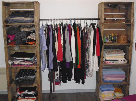 closet material reciclado un armario con cajas de madera recicladas como decorar sua casa
