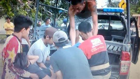 pemuda terkapar tabrak mobil pengangkut kerupuk