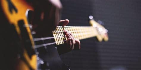 Kata musik berasal dari bahasa yunani yakni mousikos, yang diambil dari salah satu nama dewa yunani. √ Pengertian Seni Musik dari Dari Para Ahli dan Sumber Terpercaya!
