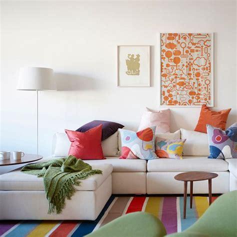 canapé blanc gris déco du salon en couleur gris orange bleu
