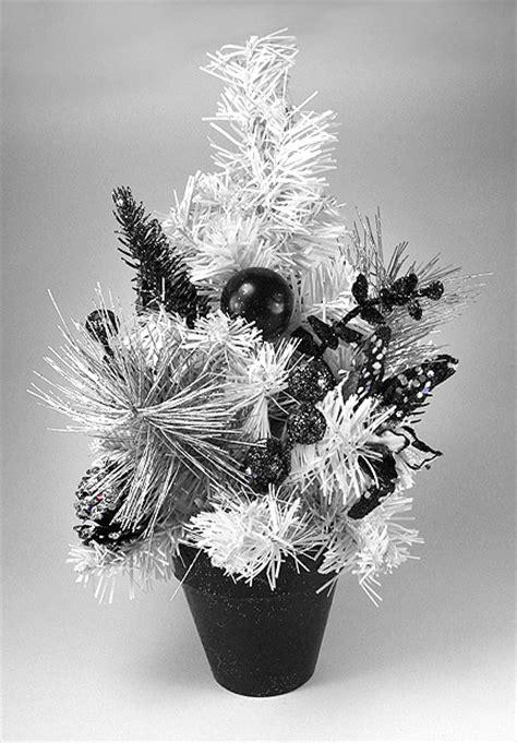 le sapin de noel de table blanc noir et argent 30cm noel