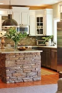 küche kochinsel originelles modell kochinsel aus stein und grüne pflanzen als dekoration die moderne