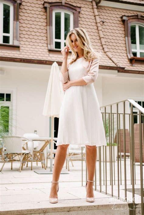 elegantes standesamtkleid mit pfiffigem plisseerock