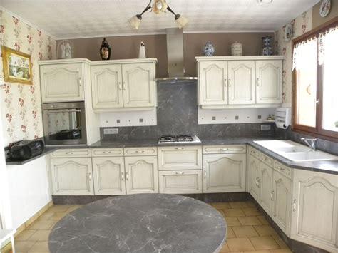 meubles de cuisine blanc cuisine blanc cassé patine grise gilles martel