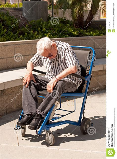 vieil homme dans le fauteuil roulant moderne photos stock