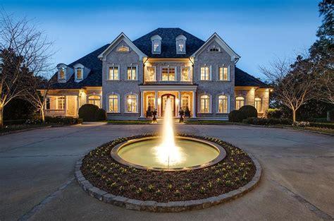 peek  kelly clarksons stunning tennessee mansion