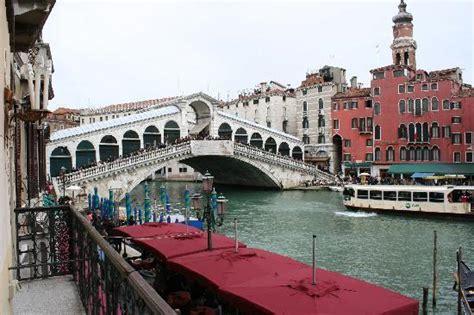 chambre hote venise vue de la chambre sur le pont du rialto picture of hotel