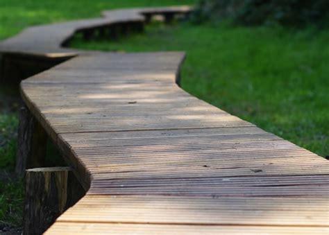 Gartenweg Aus Holz by Gartenwege Gestalten Materialien Ideen Tipps