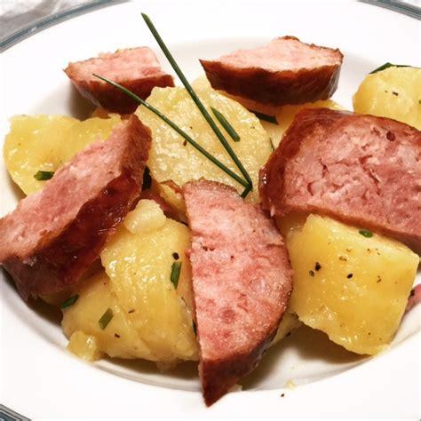 cuisiner des saucisses salade tiède de pommes de terre à la saucisse de morteau