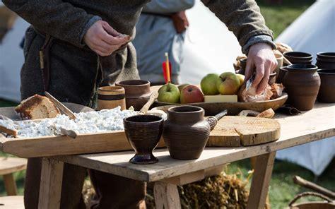 cuisine moyen age cuisine du moyen âge à table pour un repas médiéval