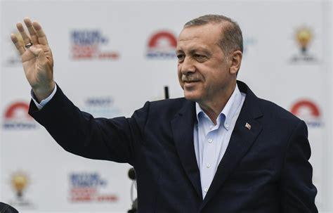 En turquie, dix amiraux à la retraite ont été arrêtés, lundi 5 avril, au lendemain de la publication d'une lettre ouverte signée par une centaine d'anciens officiers, dans laquelle ils critiquent un projet de canal à istanbul, qui relierait la mer noire et la mer de marmara, porté par le président recep tayyip erdogan. Elections en Turquie : Erdogan gagne un sursis ...