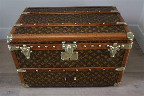 I midten af det nittende århundrede forvandlede tog og dampskibe transporten og åbnede verden til en ny slags af rejsende. Antique Louis Vuitton coffee table trunk small size ...