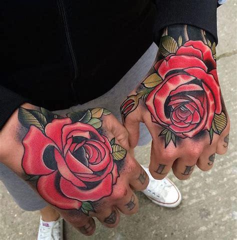 tatouage homme main rose