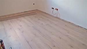 Laminat An Die Wand : sockelleisten kleben anleitung ~ Frokenaadalensverden.com Haus und Dekorationen