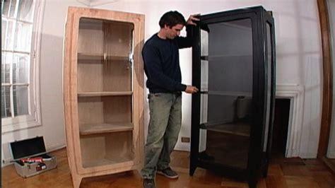 una vitrina es  mueble de madera  vidrio  sirve