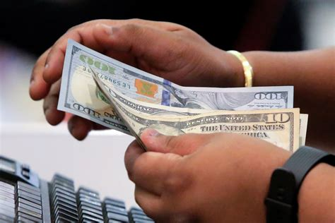 US consumer spending increases solidly; income tepid