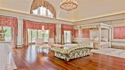 sitting rooms  master bedrooms biggest mansion   world big girl  mansion bedroom