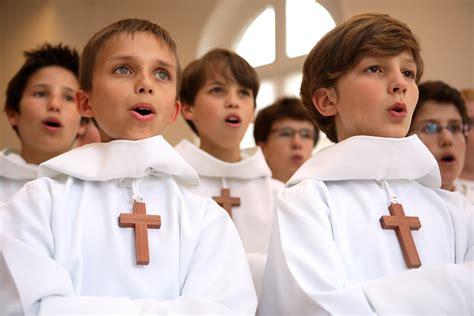 les petits chanteurs prennent leur croix pens 233 es d outre