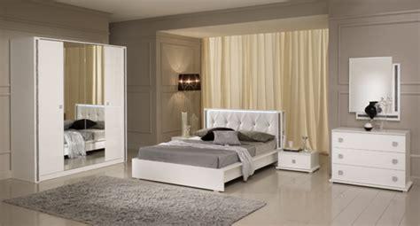 chambre à coucher pas cher miroir tess chambre a coucher blanc brillant