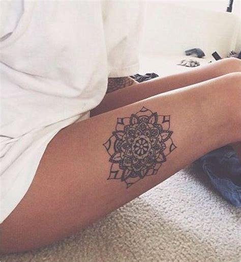 tatouage femme jambe  pied  mandala sur le cte de la