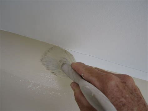 Zimmerdecke Streichen Tipps by Painting A Line At The Ceiling Trick Home