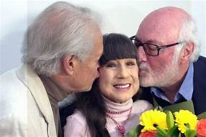 Judith Durham, flanked by Athol Guy (right) and Keith ...