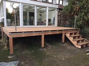 Erhohte terrasse aus bangkirai mit holztreppe und for Terrasse günstig bauen