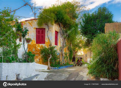 street anafiotika  town athens greece anafiotika district built workers stock photo  gatsi