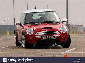 Mini Cooper Rouge : mini cooper red photos mini cooper red images alamy ~ Melissatoandfro.com Idées de Décoration