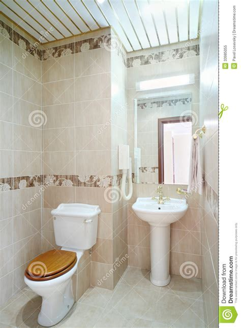 nettoyez la salle de bains avec la toilette et le lavabo avec le miroir photo libre de droits