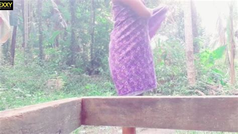 Sri Lankan Outdoor Bathනාන්න කලින් රෙද්ද ගලවලා කොල්ලට