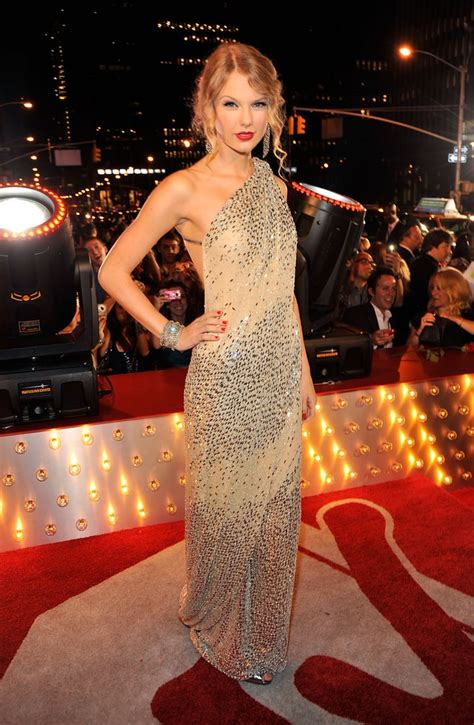 For the 2009 MTV Video Music Awards, Taylor Swift opted ...