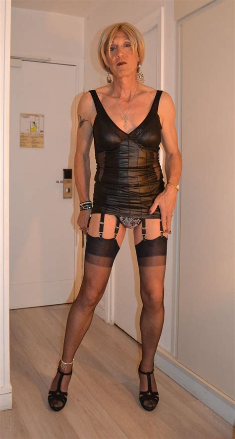 dscr strip  outfit    deshabillage