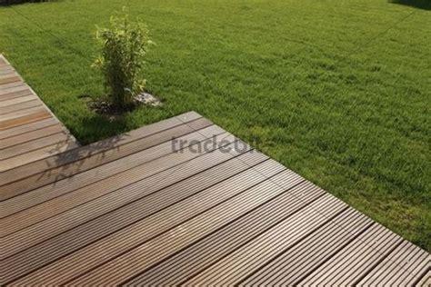 Holzterrasse Auf Rasen by Holzterrasse Und Rasen Runterladen Photos Bilder