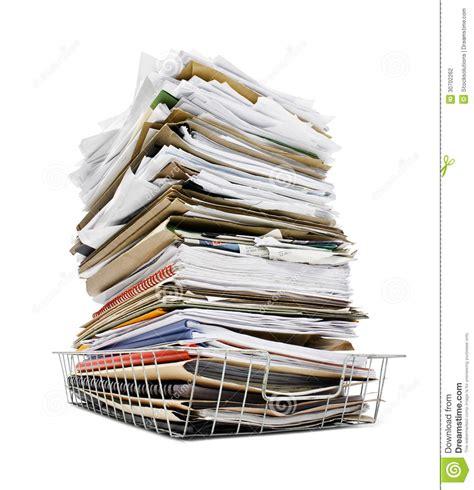 le de bureau à pile pile des dossiers dans le plateau photo stock image