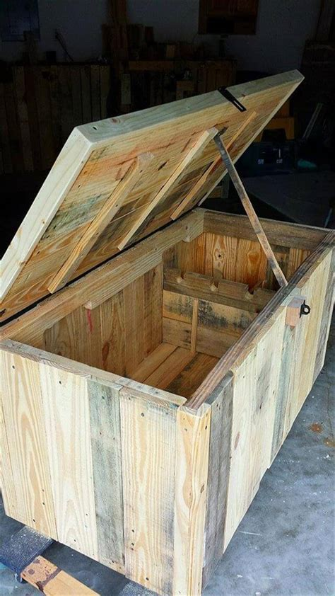 DIY Pallet Storage Trunk   Kid's Toy Chest