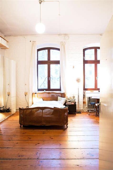 schlafzimmer ideen gestaltung kleines zimmer helles gem 252 tliches schlafzimmer mit dunklem holzboden