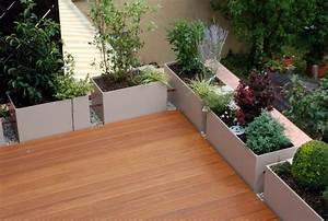Schöne Terrassen Ideen : geriffelte terrassendielen und sch ne pflanzen in blumenk sten terrassenbelag verlegt durch die ~ Orissabook.com Haus und Dekorationen