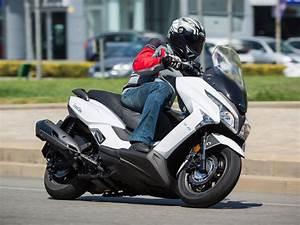 Kymco Grand Dink : prueba kymco grand dink 300 e4 2016 ascenso gt motos kymco scooter ~ Medecine-chirurgie-esthetiques.com Avis de Voitures