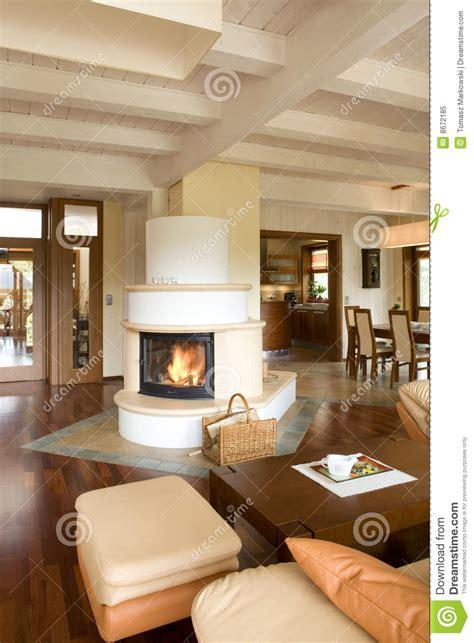 Wohnzimmer Design Modern Mit Kamin by Stilvolles Modernes Wohnzimmer Mit Kamin Lizenzfreies