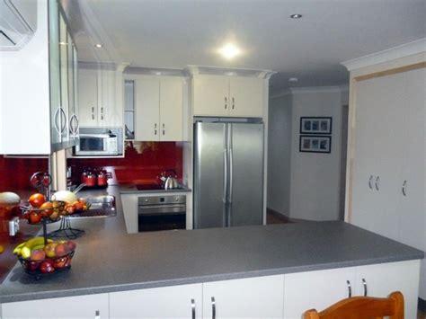 Kitchen Wall Colour Ideas - bright glass kitchen splashbacks