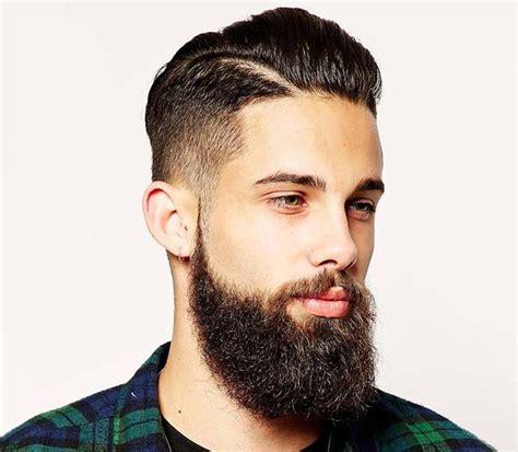taglio capelli corti rasati ai lati uomo