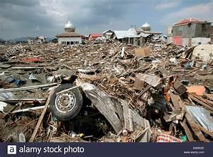 Destruction Et De D U00e9bris Apr U00e8s Le S U00e9isme Et Le Tsunami De