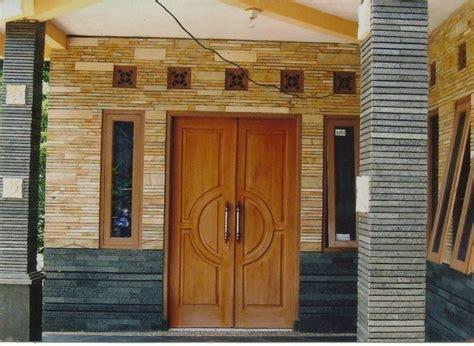 memasang keramik dinding depan rumah minimalis