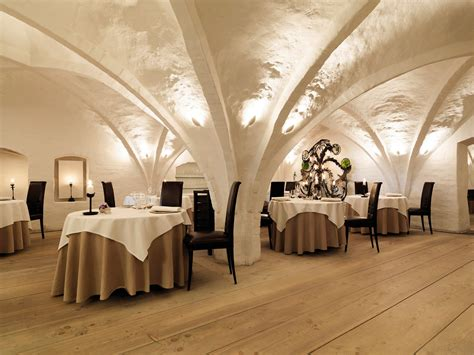 Unique And Lovely Vaulted Ceiling Decorating Ideas In