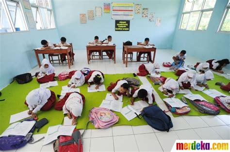 foto mirisnya murid sd negeri belajar  lantai kelas