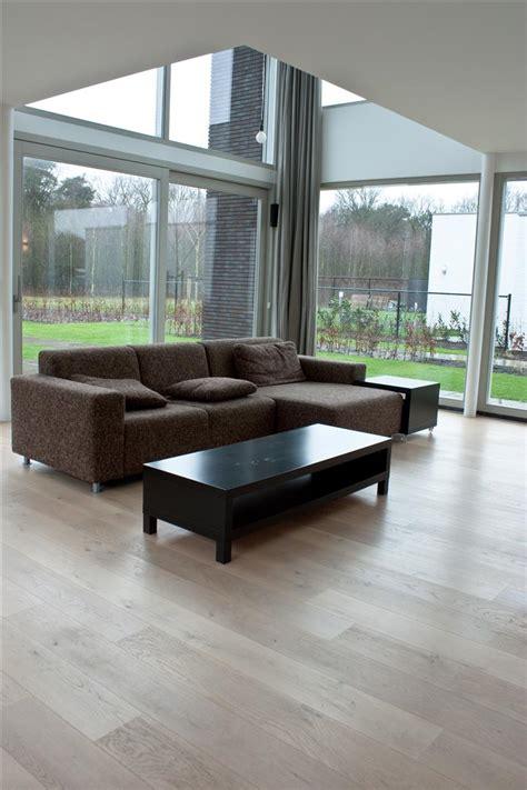 strak vloeren tegels en houten vloer overgang strak zonder profiel