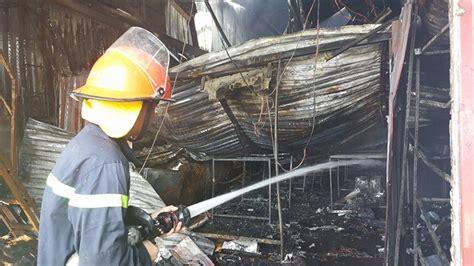 Trước đó, khoảng 16h30 chiều cùng ngày, người dân sinh sống ở đường lạc long quân phát hiện lửa bùng cháy dữ dội kèm theo tiếng nổ lớn phát ra từ căn nhà 1 tầng trệt, 2 tầng lầu trong hẻm 47 nên. Chủ xưởng, thợ hàn trong vụ cháy làm 8 người chết ở Hà Nội ...
